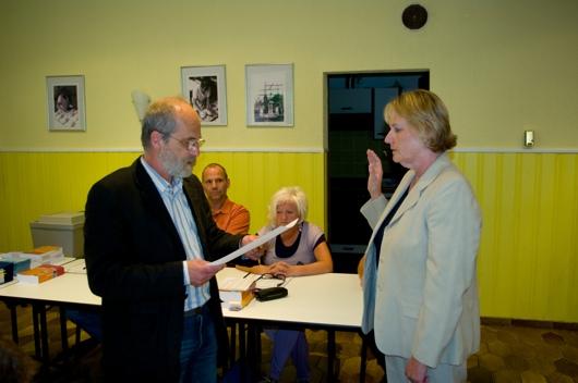 Johannes Vogel (links) ernennt und vereidigt Frau Marianne Karthaus zur Ortsbürgermeisterin