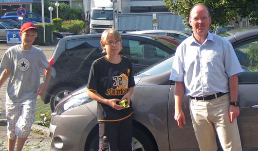 Im Dienst der Sache: Schüler beim waschen der Autoscheiben