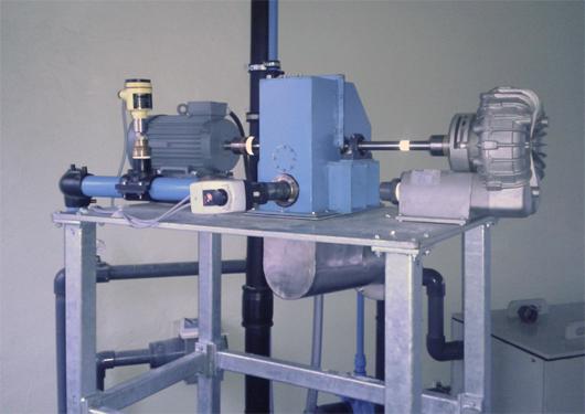 Links der Generator, in der Mitte die Turbine und rechts das Gebläse