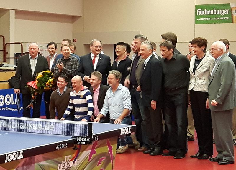 Manfred Gstettner in der Mitte von ehemaligen und heutigen Spielern.