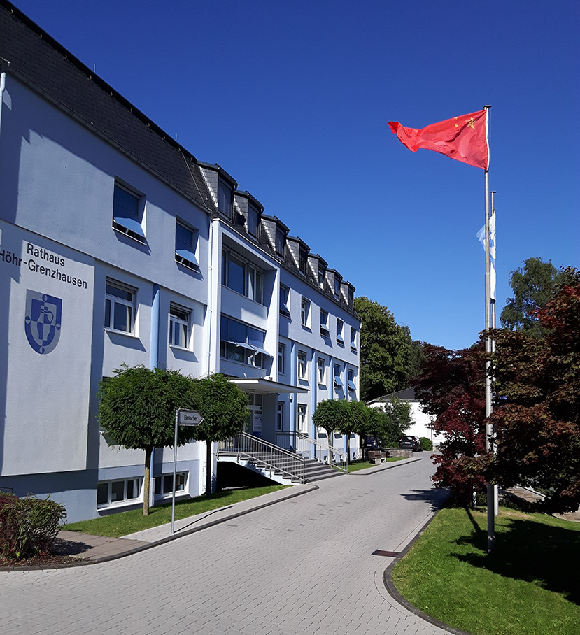 Chinesische Flagge weht am Rathaus