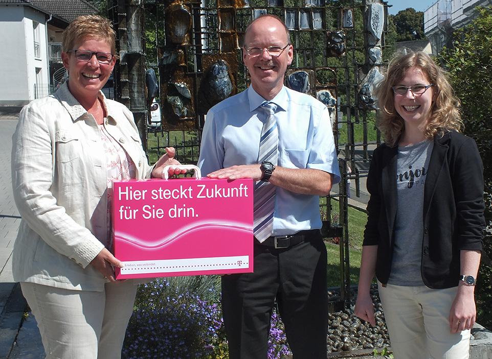 Links Annette Neubauer, Regio-Managerin der Deutschen-Telekom, und rechts Margret Müller, Wirtschaftsförderung