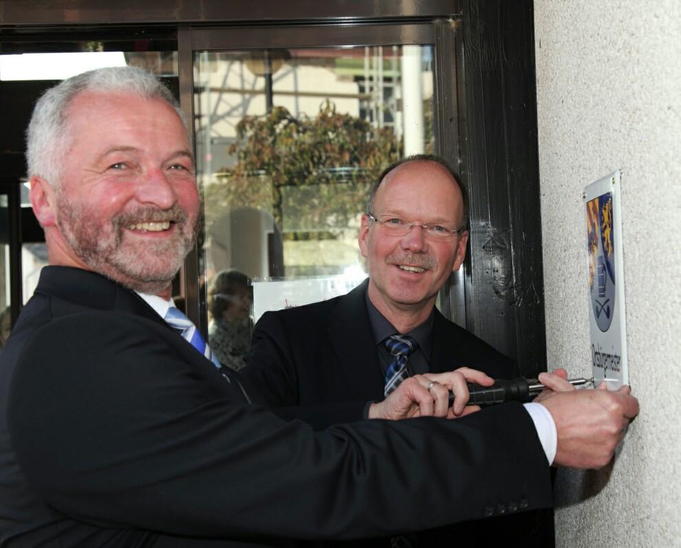"""Als Präsent überreichte ich Uwe Schmidt das entsprechende Schild für seinen neuen """"Amtssitz"""""""